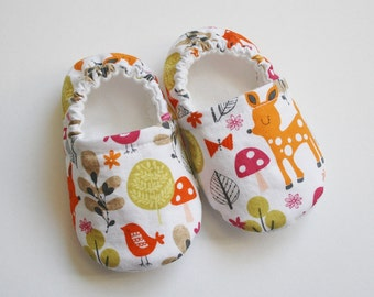 Woodland animal cotton baby slippers. Cotton, flannel, grip tight fabric for 9 M up.  Orange, red, pink, green on white. Made to order