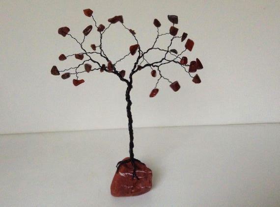 Rote und schwarze Edelstein-Baum. Mohn Jaspis und rotem Jaspis