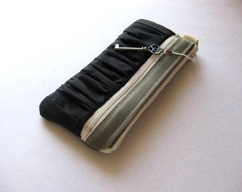 The True Romantic Pouch in gray\/black