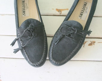 1980s BLACK LEATHER Indie Flats...size 7 womens... urban. 1980s flats. shoes. black flats. suede. nautical. mod. oxfords. indie. trotters