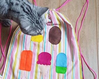 IJsjes op rugtas roze blauwe strepen. Gymtas, sporttas, kindertas. Ice cream popsicles on backpack pink blue stripes. Gym bag, kids bag.