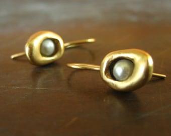 CLEARANCE SALE 14k pearl earrings, seed pod earrings, 585 gold, 14k earrings, vintage pearl earrings, minimalist earrings, pearl drops