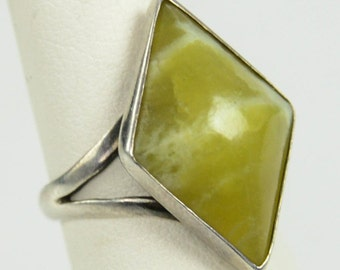 Vintage Sterling Silver Diamond Shaped Chartreuse Green Stone Ring Size 5.25 C3X