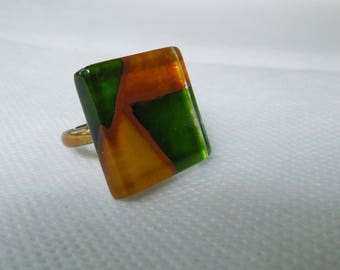 Square glass and metal colors green and yellow ring