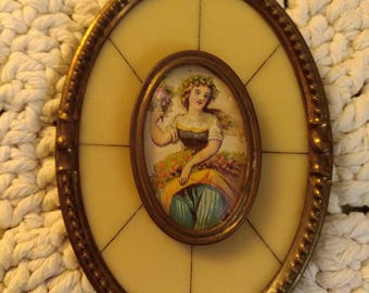 Decorative Oval Shapped Little Wall Pendant.