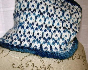 Cowl in blue and white