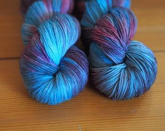 Janthina violet, bleu turquoise marron moucheté fils teints à la main / / chaussette Nylon Merino doigté fil de poids / / Superwash Sock écheveau