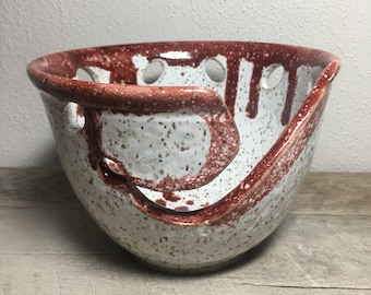 Yarn bowl in white and red