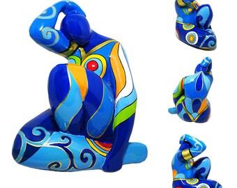 """Statue de femme """"Blue Lady sitting"""", résine peint à la main, hauteur 17 centimètres"""