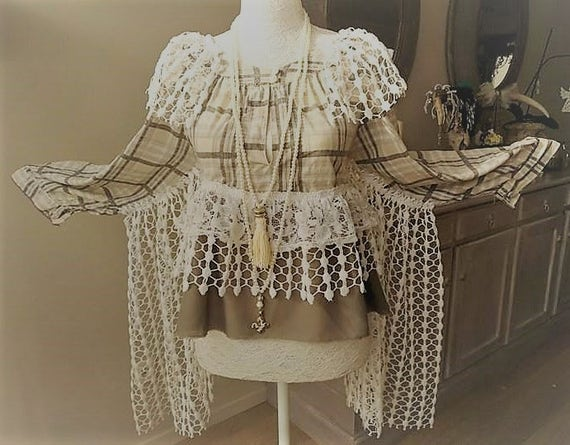 Bohemian squared blouse coachella, lace and crochet, beige khaki and creamy white. Style Stevie Nicks boho hippy romantic gypsy
