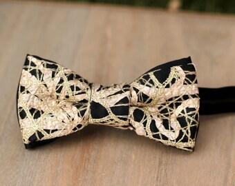 Bow 79. Smaug. Pajarita hecha a mano con encaje de algodón dorado y raso de gran calidad.