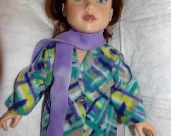Élégant manteau en polaire et écharpe situé dans un imprimé coloré pour les poupées de 18 pouces - ag294