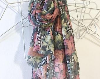 Rose scarf on Pied de poule