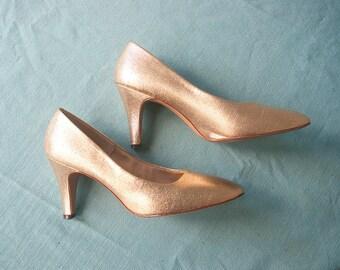 Vintage 1960s pumps | Gold Lamé High Heel Shoes | Rounded toe | by Botticelli Originals | Size 6