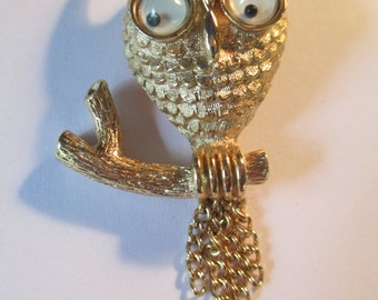 Avon  ladies brooch  gold tone owl with movable eyes and dangling chain pin