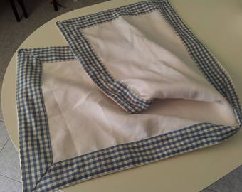 Runner in white canvas and edged in blue checkered fabric