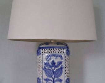 Vintage Blue and White Porcelain Table Lamp Chinoiserie Hollywood Regency Asian Export Column Wood Base