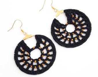 Créoles crochetés noirs et perles moutarde, boucles d'oreille bohèmes, cadeau Fête des Mères, boucles d'oreille créoles textiles