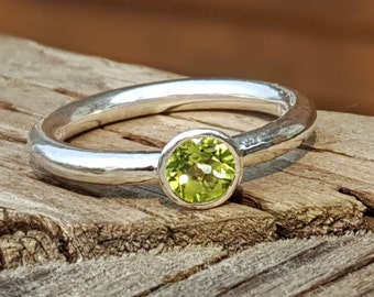 Fairy Tale Sterling Silver Band with 5 mm Peridot colotte setting