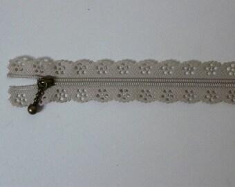 Edward, zipper closure lace Café au lait 20 cm