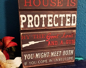 This house is protected by the good Lord and a gun • Country Sign • Rustic Sign • Funny Welcome • Father's Day Gift • Gift for Dad Grandpa