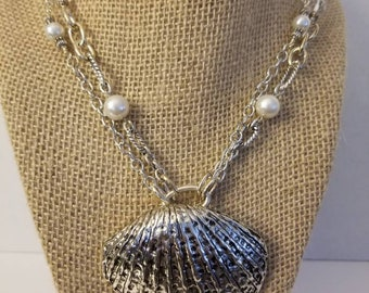 Silver clam pendant necklace with pearl
