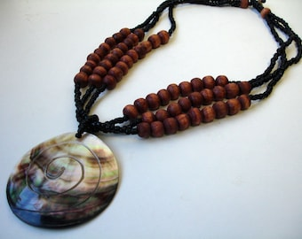 Big shell necklace with brown wooden beads