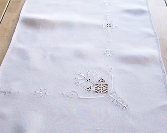 Vintage Embroidered Doily Sideboard Dresser Runner Shabby Cottage Linens  16 x 32