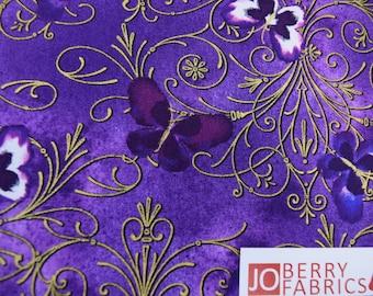 Schmetterlinge aus der Stiefmütterchen Noir-Kollektion von Greta Lynn für Kanvas mit Benartex, Stoff durch den Hof, JoBerry Stoffe.