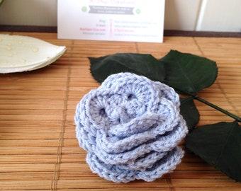 Broche fleur 3D au crochet, bleu ciel, crochetée à la main par mes soins