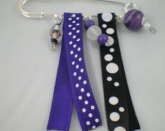 Broche005 - Broche violette et noire en perles et rubans