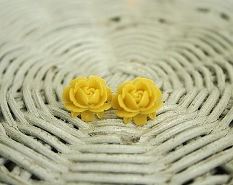 Flower earrings in mustard