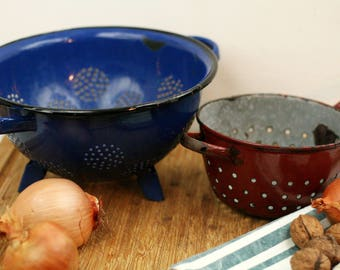 2 enamel colanders – French vintage enamel – enamel strainer – French enamelware – blue – deep red – Shabby chic – rustic country kitchen