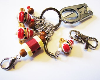 Die Strickerin Chatelaine: Sock Monkeys - Stitch-Marker, Reihenzähler & faltbar Schere auf einem dekorativen Verschluss