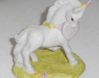 Vintage 1982 Fantasy series Unicorn Holding Heart Figure Wallace Berrie