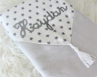 protège carnet de santé motifs étoiles gris et blanc avec pompon à personnaliser