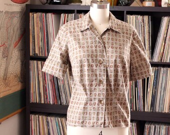 vintage 1950s cotton blouse . novelty print top of ancient urns vases . womens size small