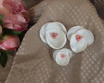 Set of 3 flowers in white satin with pink beads