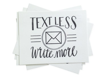 Texte moins. Écrire plus. -Jeu de carte postale typographie de cinq