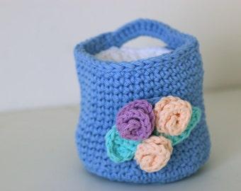 Panier Crochet bleu bleuet avec un démaquillant Pads débarbouillettes