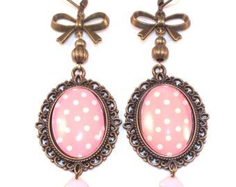 Boucles d'oreilles cabochons roses à pois blancs et noeuds