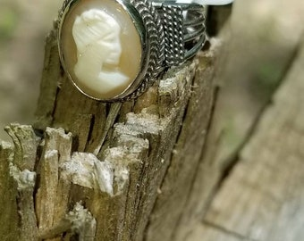 Stunning large 10k Cameo Solitaire ring