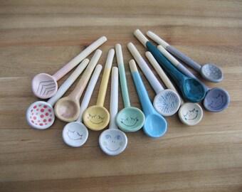 Petite cuillère, une cuillère en céramique fait à la main pour les épices ou sel, cuillère de sel poterie, cadeaux gourmands, Smiley Face de votre choix