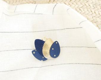 Broche lotus fleur bleu minuit marine et or { bijou femme féminin poétique moderne romantique fantaisie enfance }