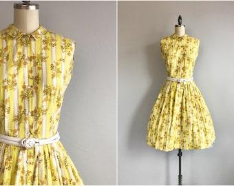 Jahrgang 1960-Druck-Kleid / 60er Jahre Neuheit Floral Streifen Baumwolle Tageskleid mit Faltenrock-Peter-Pan-Kragen