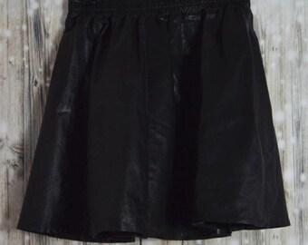 S_009) Vintage short black leather pleated skirt