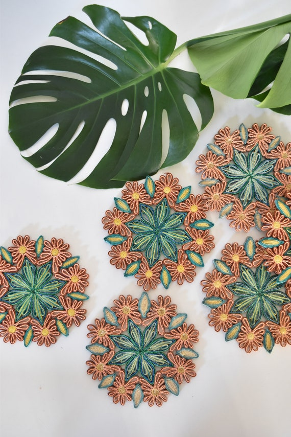 vintage set of 6  matching green flower woven straw trivets / wall hanging baskets