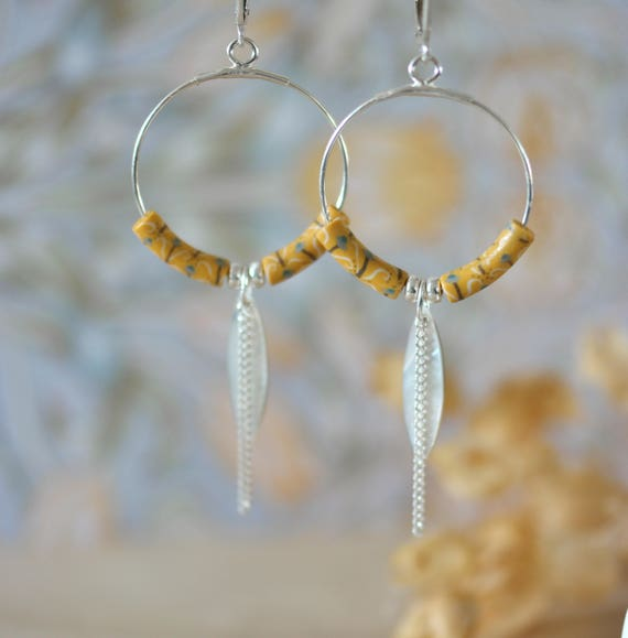 Minimal hoop earrings 'Asphodèle' sterling silver, yellox patterned beads and mother of pearl