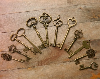 12 large skeleton keys lot wedding keys steampunk antique keys Alice in Wonderland old keys rustic wedding sitting chart clés