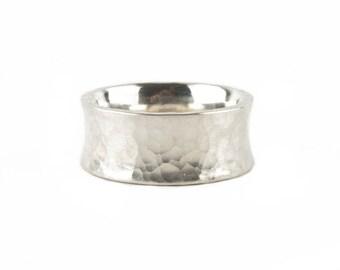 aufgestauchter Ring in Silber mit Hammerstruktur